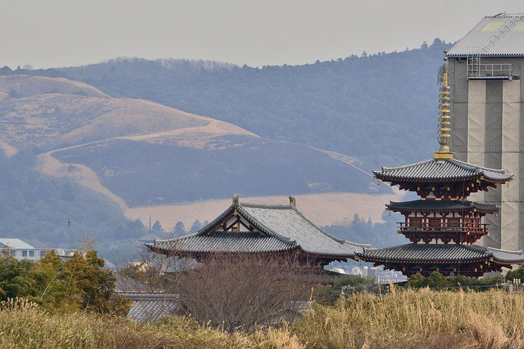 勝間田池から望む黒い若草山