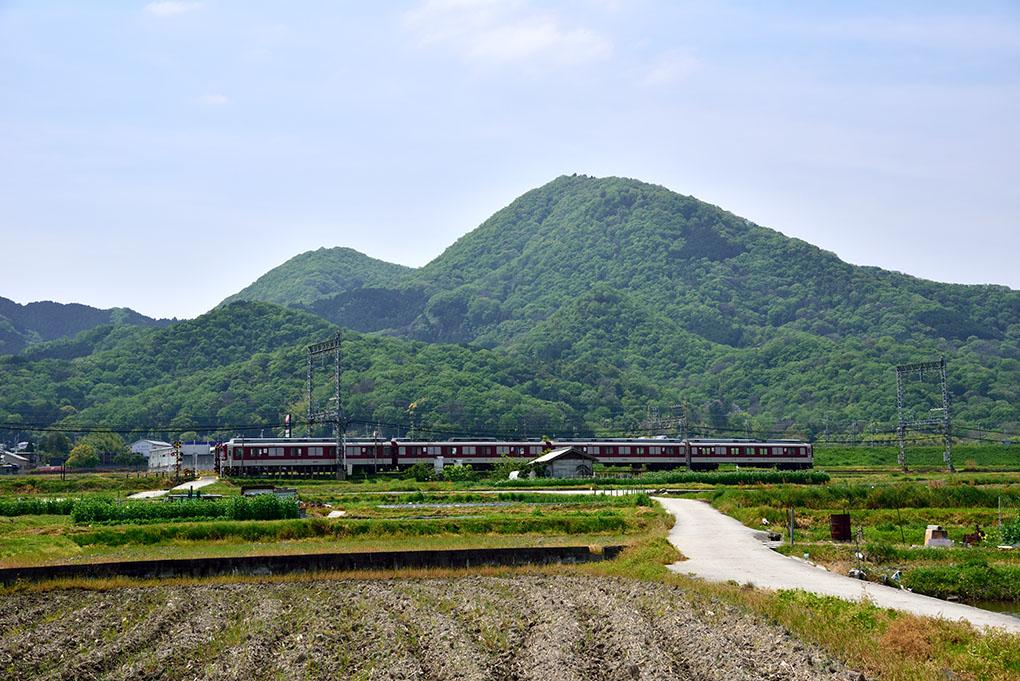 近鉄電車と二上山