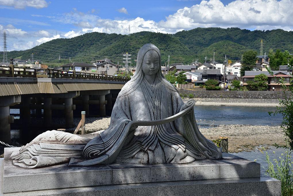 紫式部像と宇治川